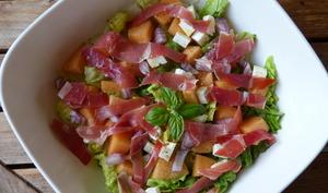 Salade au jambon cru, melon, sucrine et féta