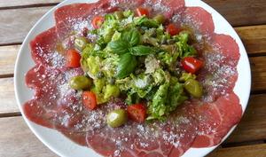 Carpaccio de boeuf aux sucrines, câpres et olives
