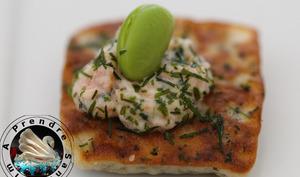 Minis blinis ciboulette, crème de saumon fumé et fève