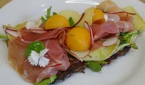 Pain perdu au jambon cru, melon de Provence, Tome de brebis et radis ronds