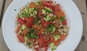 Salade d'haricots blancs à l'avocat, tomates et truite fumée