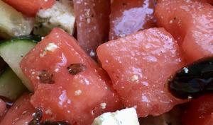 Salade de pastèque, tofu, concombre et olives noires