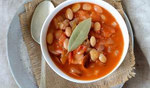 Potée de haricots blancs, sauce tomate et saucisse