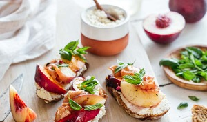 Tartines ricotta, nectarine et jambon cru