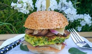 Burger végétarien, galette de courgette, shiitakés et emmental