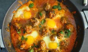 Boulettes de viande en sauce tomate aux œufs cassés