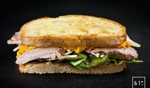 Sandwich d'agneau à la sauce cheddar