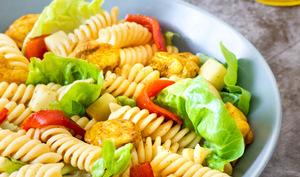 Salade de pâtes au poulet au curry et poivrons rouges