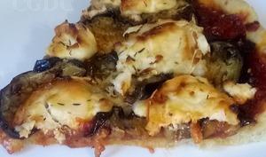 Pizza sucrée salée à l'aubergine chèvre et confiture de figues