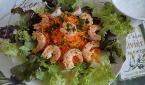 Salade aux crevettes grillées et carottes râpées, sauce au fromage blanc de chèvre au concombre