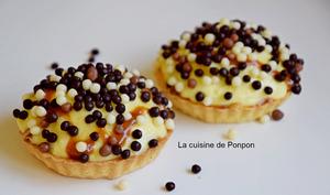 Tartelette à la crème pâtissière garnie de billes au chocolat