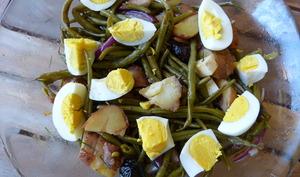 Salade aux pommes de terre, aux haricots verts et oeufs durs
