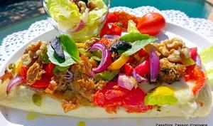 PAIN SANDWICH au thon, mozzarella, tomates, poivrons, oignons, huile d'olive et ail noir