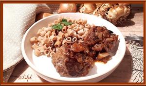 Boulettes de viande et sauce aux oignons caramélisés