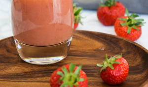 Jus de fruits frais fait-maison au blender aux fraises, pomme et poire