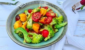 Salade brocoli, melon, avocat et tomates