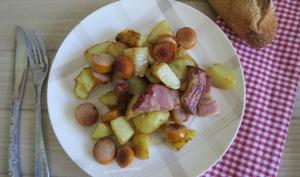 Pommes de terre sautées aux saucisses de Francfort et poitrine fumée