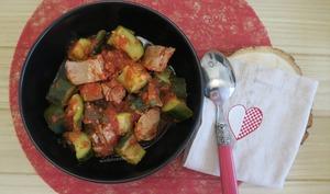 Courgettes au thon et câpres àla sauce tomate