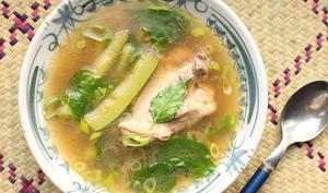 Soupe de poulet et de courgette à la Philippine
