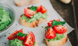 Toasts apéritifs avocat, herbes et tomate