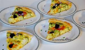 Tarte au brocoli, fromage ail et fines herbes sur un lit de moutarde à l'ancienne, végétarien
