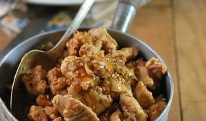 Dinde à la sauce épicée sucrée-salée et sésame