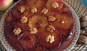 Gâteau renversé aux pommes caramélisées et aux noix