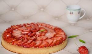 Tarte aux fraises, abricots et amandes