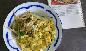 Haricots mungo au concombre accompagnés d'œufs brouillés aux cébettes