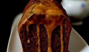 Cake au chocolat, sauce caramel au beurre salé