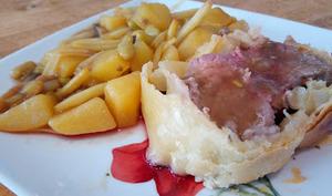 Le rôti de bœuf en croûte, petits légumes et leur sauce
