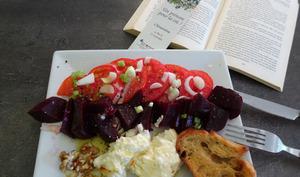 Salade de tomates, de betteraves et feta rôtie au miel
