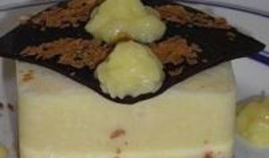 Mousse à l'Ananas sur Praliné Feuilleté