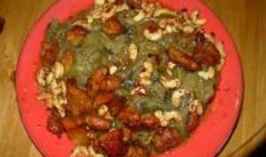 Poulet aux noix de cajou accompagné de nouilles aux poireaux