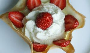 Fraises et Chantilly de rhubarbe dans une coupelle croquante
