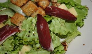 Salade composée: magret de canard, comté & croûtons