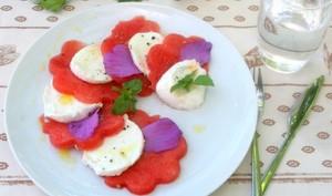 Salade pastèque mozzarella di buffala et pétales de guimauve