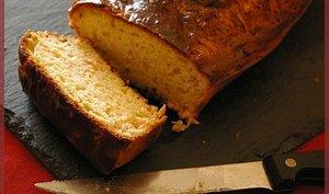 Cake au saumon et ail et fines herbes