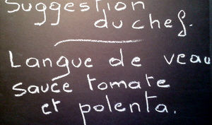 Langue de veau sauce tomate, polenta grillée