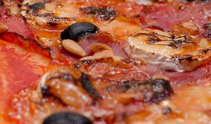 Pizza chèvre et jambon cru, arrosé de miel