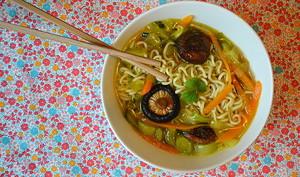 Soupe de nouilles asiatique aux shiitake et petits légumes