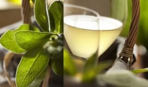 Vin blanc glacé à la sauge et au miel