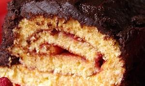 Biscuit roulé à la framboise et chocolat façon bûche