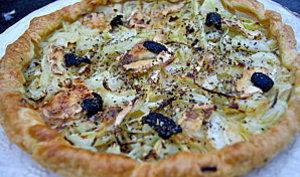 Tarte oignons, chèvre, olives noires