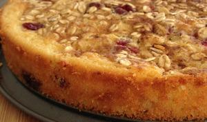 Le gâteau moelleux aux pommes aux canneberges