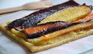 Tartes fines aux betteraves crapaudines, aux carottes anciennes rôties et à la purée de panais