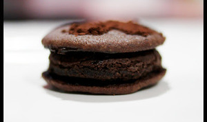 Biscuits fourrés au gâteau au chocolat