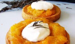 Tartelettes aux abricots compotes et mousse de mascarpone au romarin.