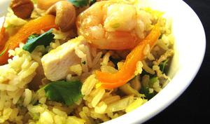 Riz sauté au poulet, crevettes et légumes