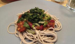 Nouilles soba à la sauce tomate et haricots rouges et sa poêlée de blettes et épinards